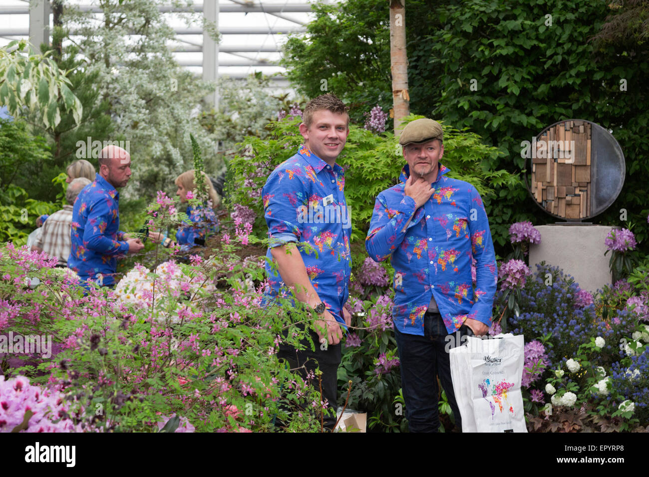 London, UK. 23 May 2015. Gardeners of Hillier Nurseries wait for the sell-off at 4pm. The 2015 RHS Chelsea Flower Stock Photo
