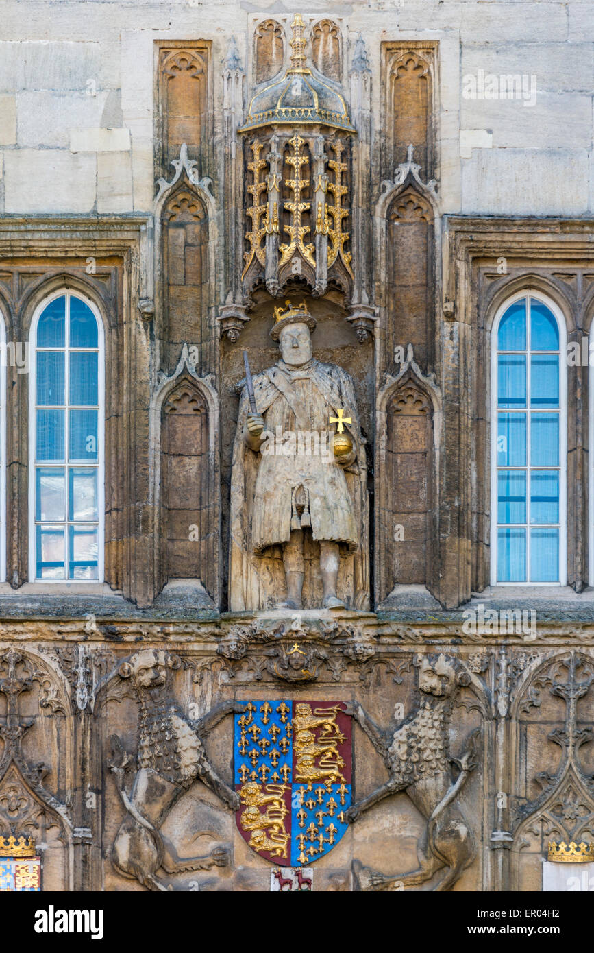 Statue of King Henry VIII above the gatehouse of Trinity College, Cambridge University. King Henry founded the college - Stock Image