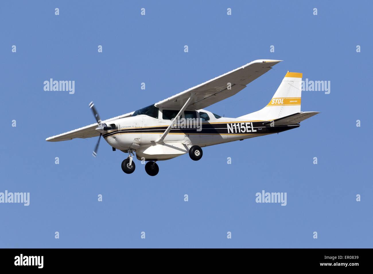 Cessna 206 on finals runway 31 - Stock Image