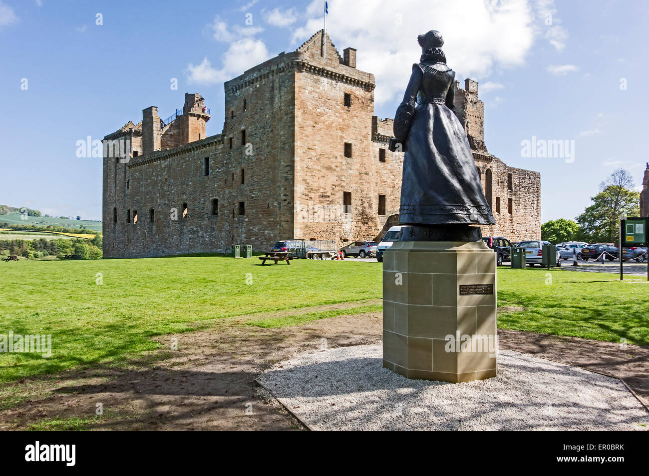 Statue of Mary Queen of Scots looking at Linlithgow Palace  In Linlithgow West Lothian Scotland where she was born - Stock Image