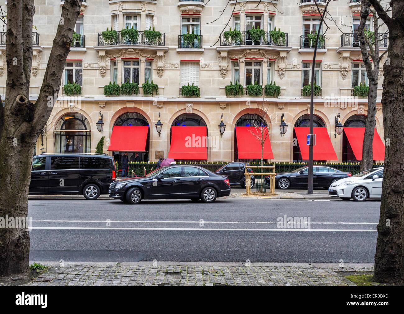 Hotel Plaza Athenee, exterior of luxury 5 star hotel on the Avenue Montaigne, Paris - Stock Image