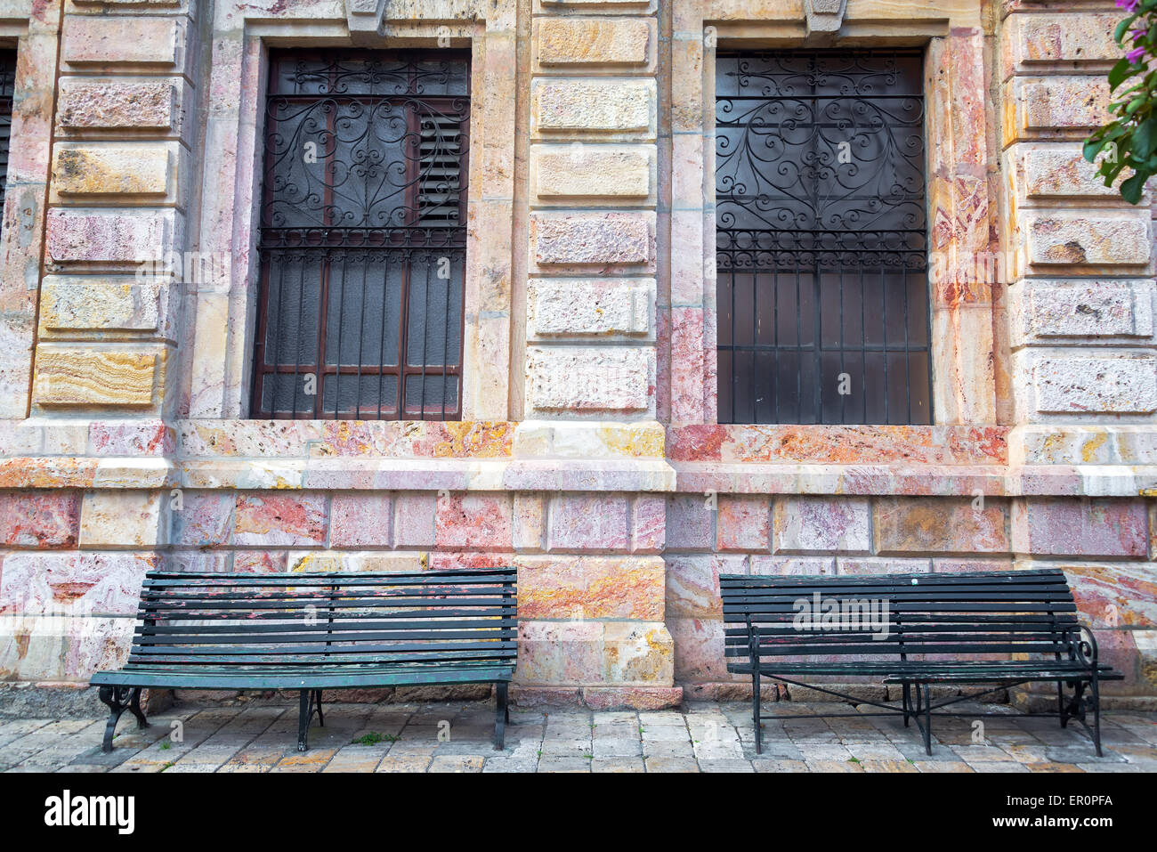 Historic building and benches in Cuenca, Ecuador - Stock Image