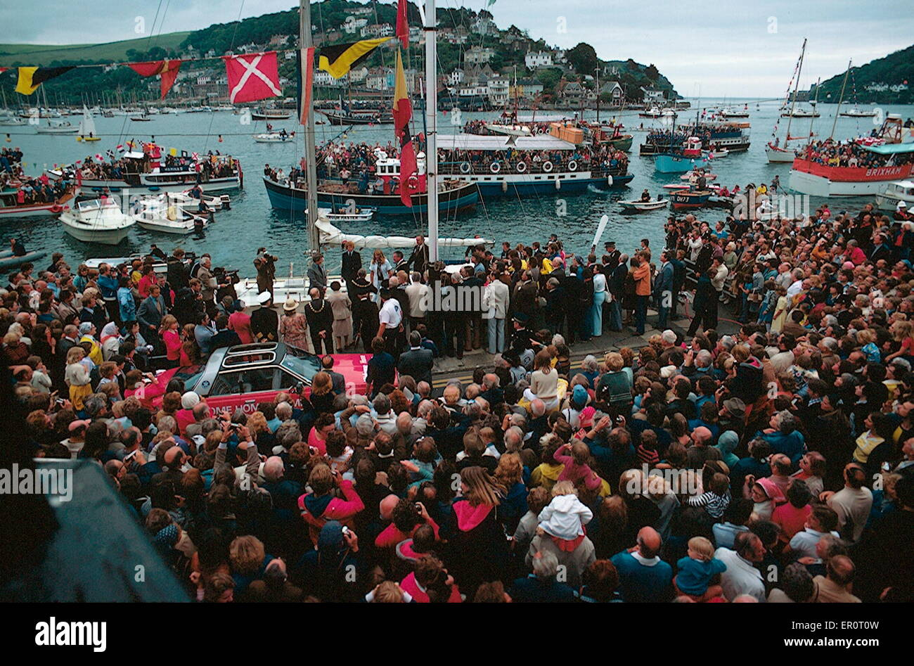 AJAXNETPHOTO. 8TH JUNE, 1978. DARTMOUTH, ENGLAND. - WELCOMING CROWDS - ROUND THE WORLD YACHTSWOMAN NAOMI JAMES (CENTRE.) - Stock Image