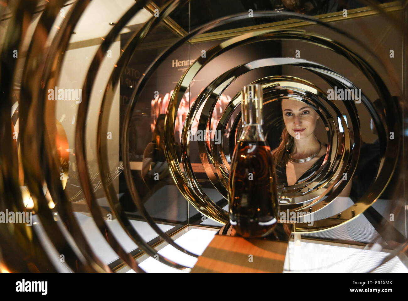 Moscow, Russia. 25th May, 2015. A visitor at an exhibition titled 'Hennessy 250. Crafting the future since 1765' - Stock Image