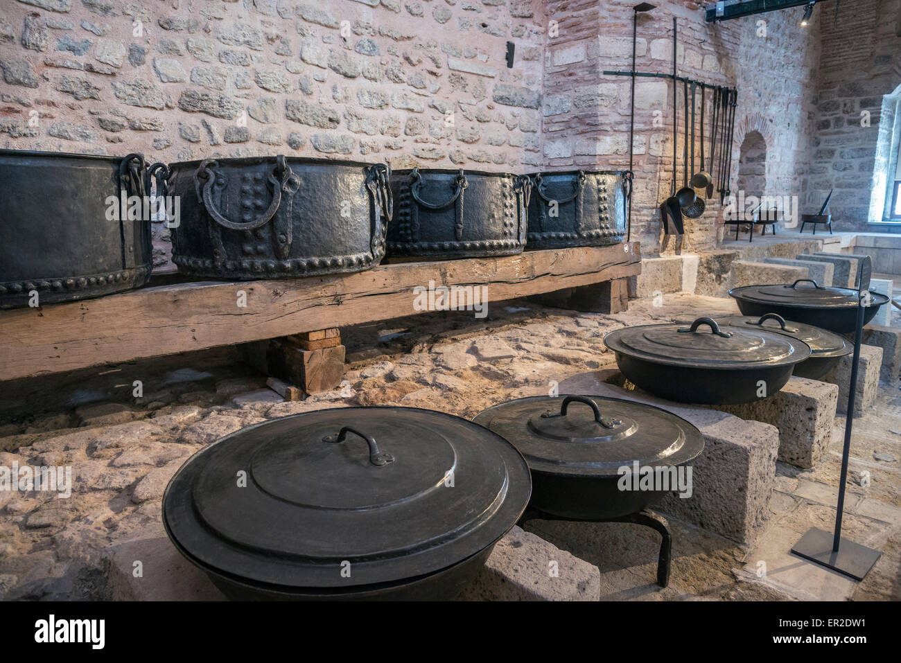 Bronze caldrons and cooking pots in The Palace Kitchens at Topkapi Palace, Istanbul, Turkey. - Stock Image