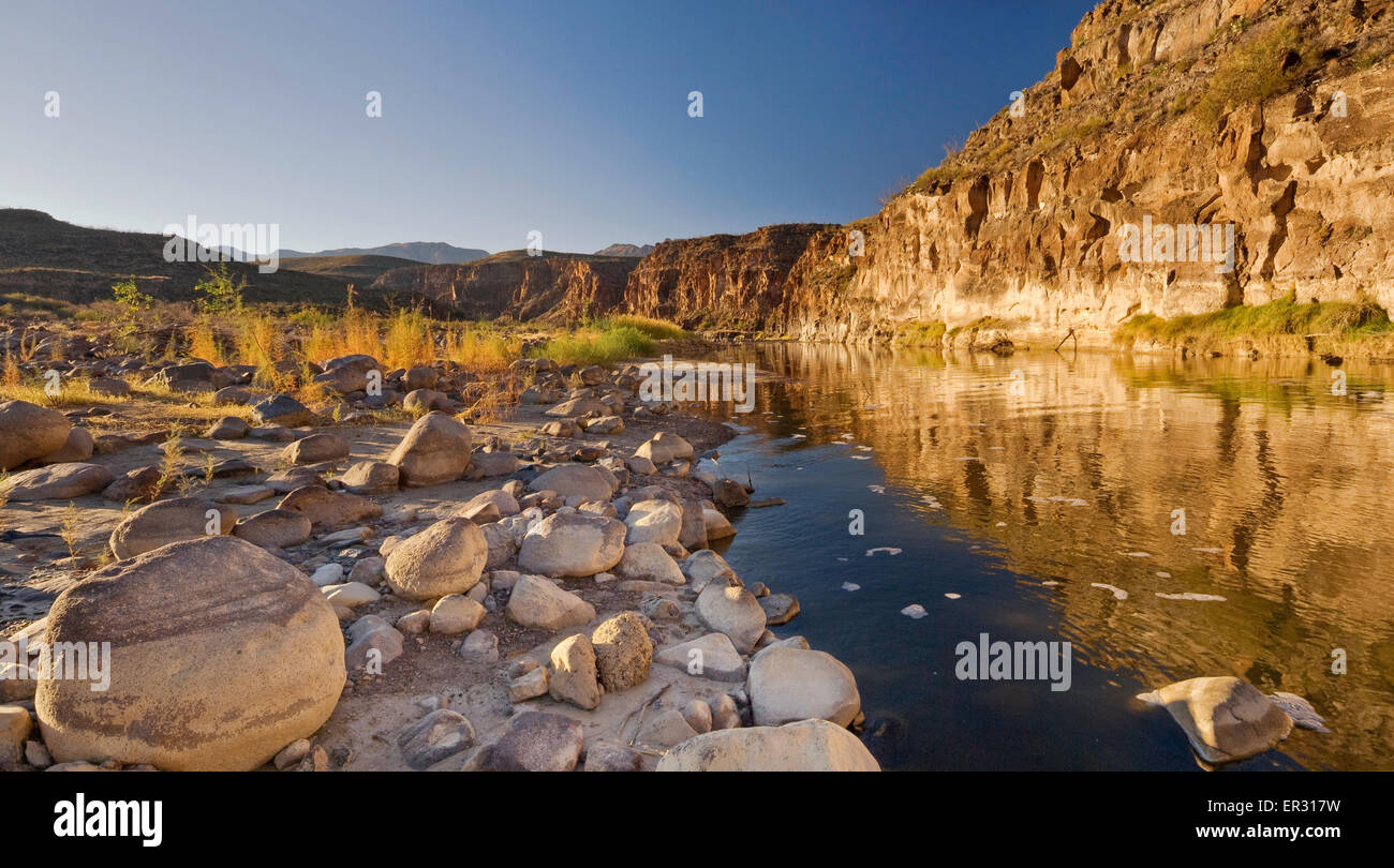 Rocky bank of Rio Grande in Colorado Canyon on The River Road, Chihuahuan Desert in Big Bend Ranch State Park, Texas, - Stock Image