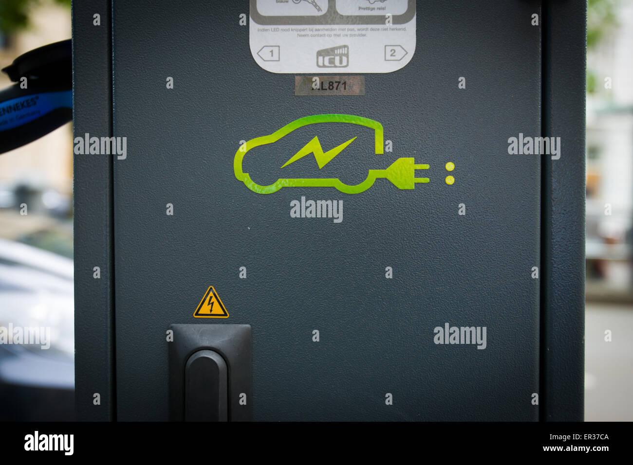 DEN HAAG - Een Tesla staat verbonden aan een oplaadsnoer. De fabrikant van de auto, Tesla motors heeft vrijdag in - Stock Image