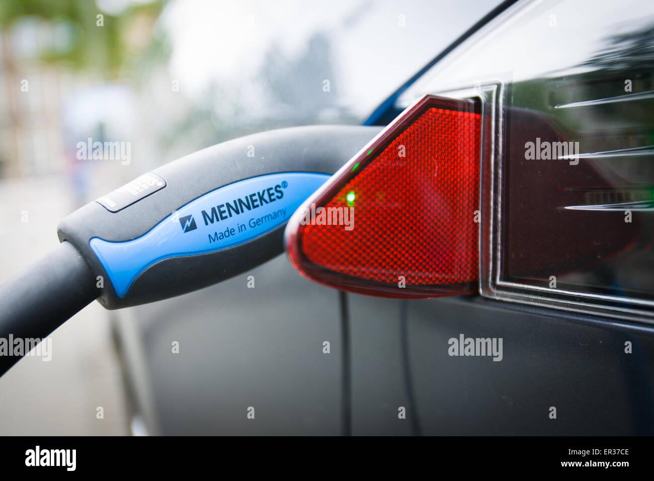 DEN HAAG - Een Tesla staat verbonden aan een oplaadsnoer. De fabrikant van de auto, Tesla motors heeft vrijdag in Stock Photo