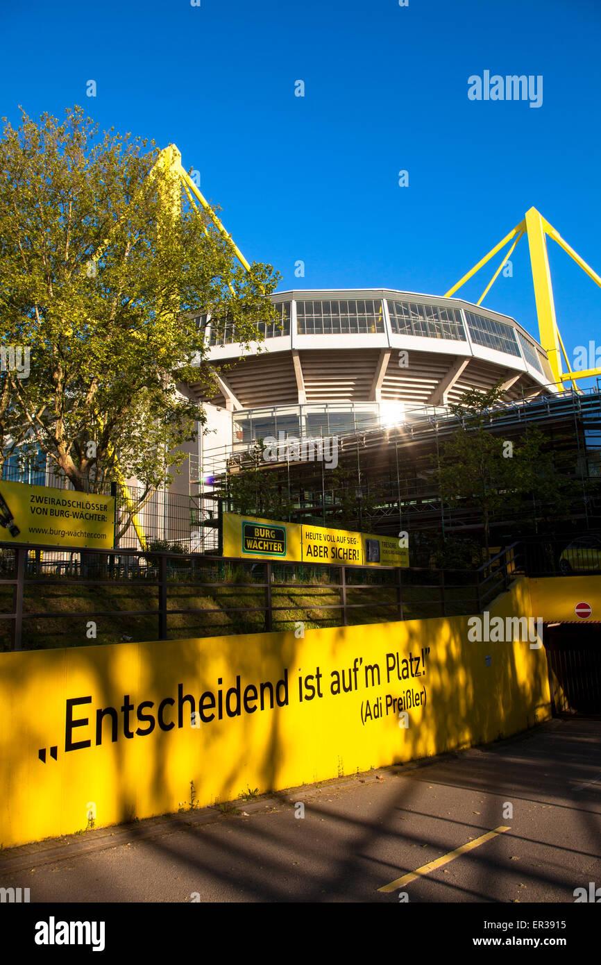 Europa, Deutschland, Ruhrgebiet, Dortmund, Signal Iduna Park, ehemaliges Westfalenstadion, Fussballstadion, an einer - Stock Image