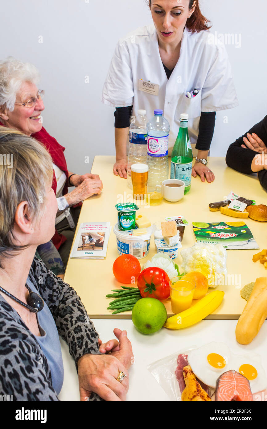 Dietician leading a workshop and therapeutic nutrition education in patients with osteoporosis. Bordeaux hospital, - Stock Image