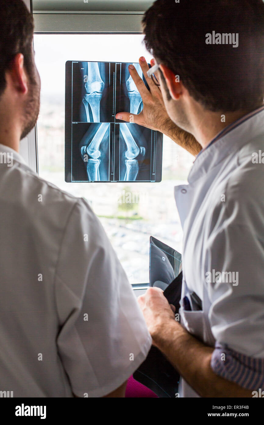 Rheumatologist (right) and internal examining radiographs of the knee of a patient with rheumatoid arthritis, Bordeaux - Stock Image