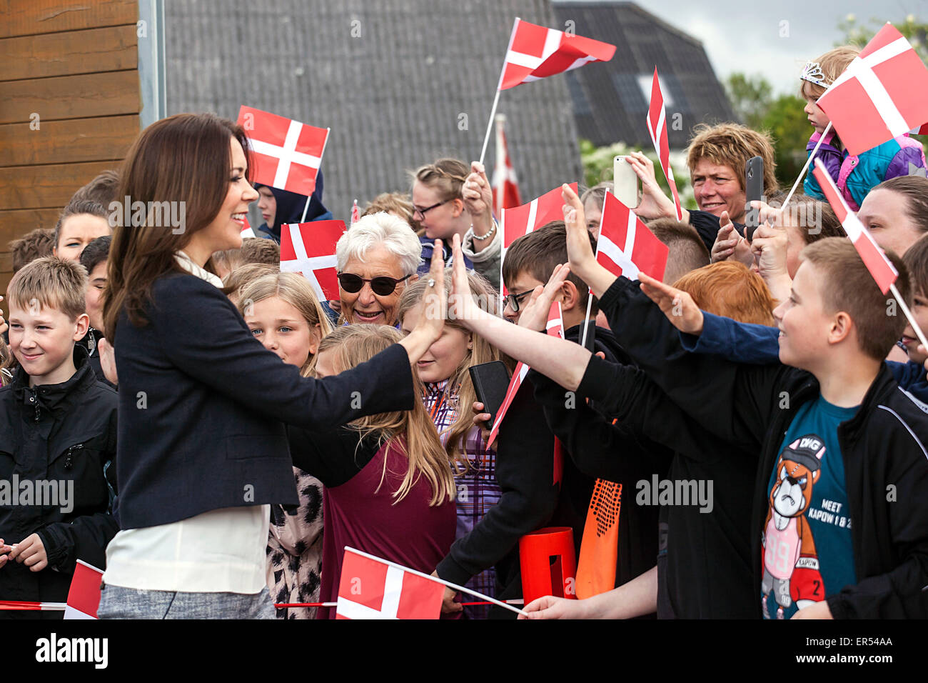 Ruds Vedby, Denmark. 27th May, 2015. Crown Princess Mary gives a high-five to pupils at Ruds Vedby school. The Princess - Stock Image