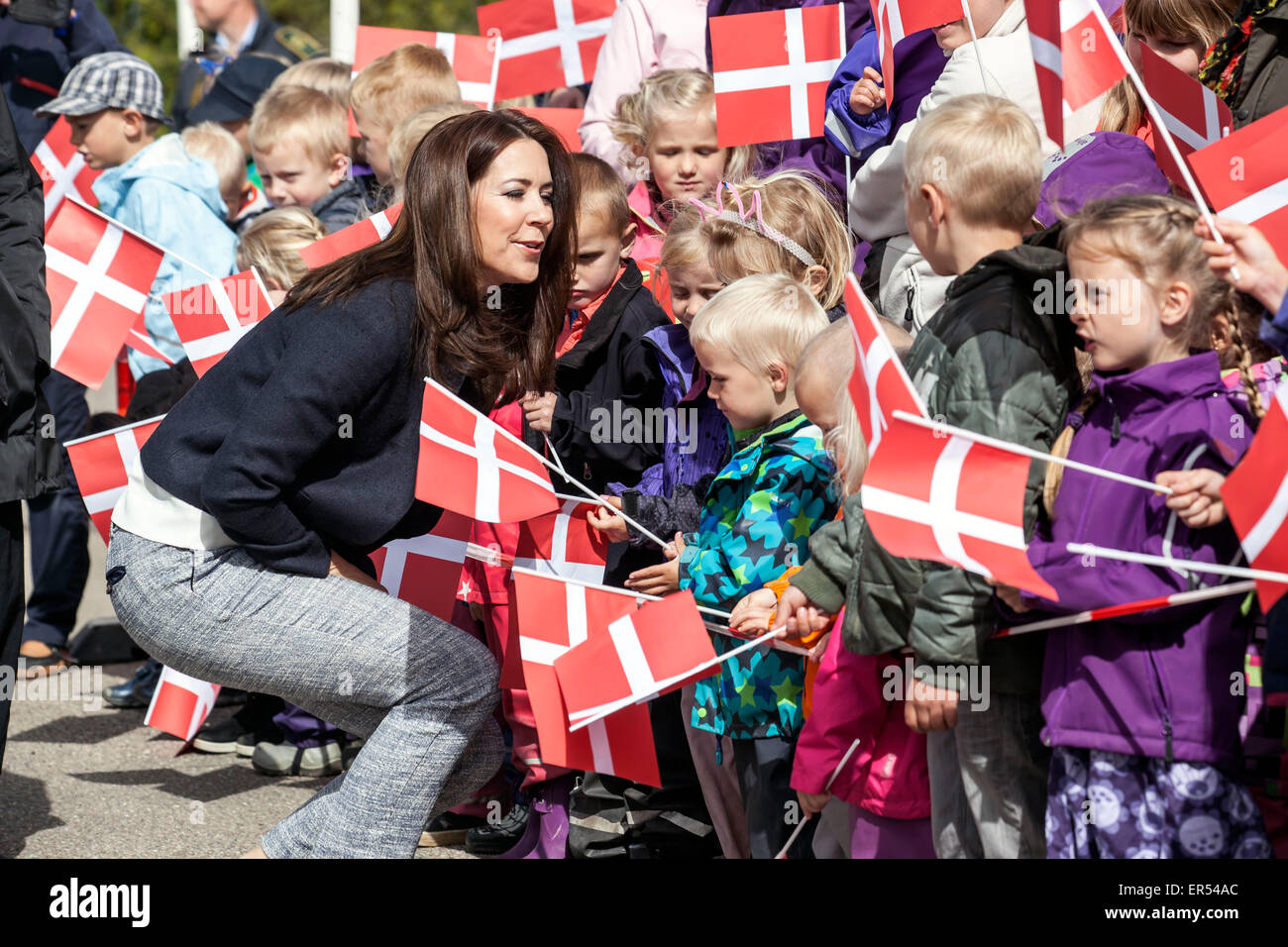 Ruds Vedby, Denmark. 27th May, 2015. Crown Princess Mary visits Ruds Vedby school and is welcomed by kiuds from - Stock Image