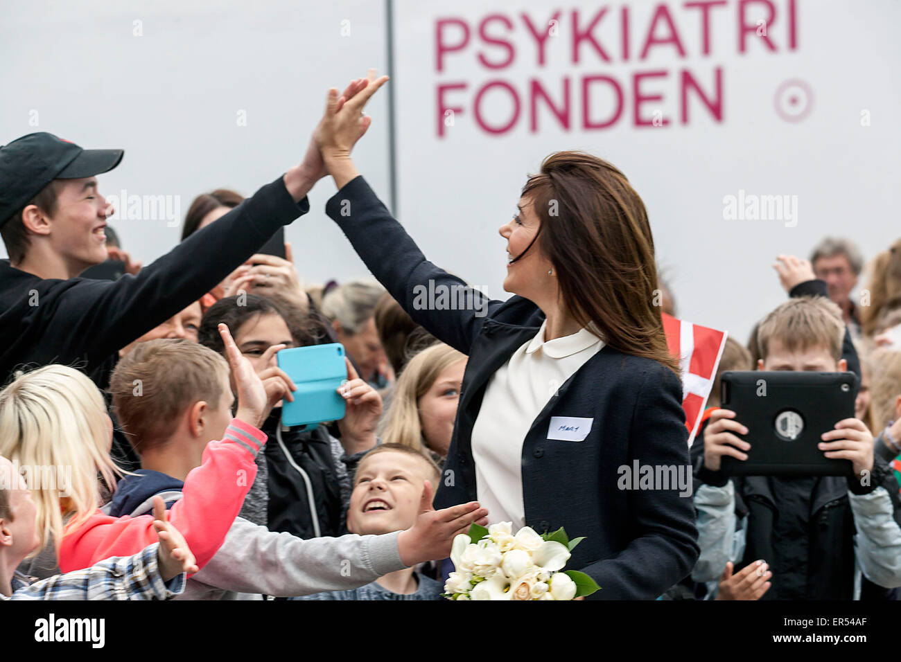 Ruds Vedby, Denmark. 27th May, 2015. Princess Mary gives a high-five to school kids. The Princess visited  Ruds - Stock Image