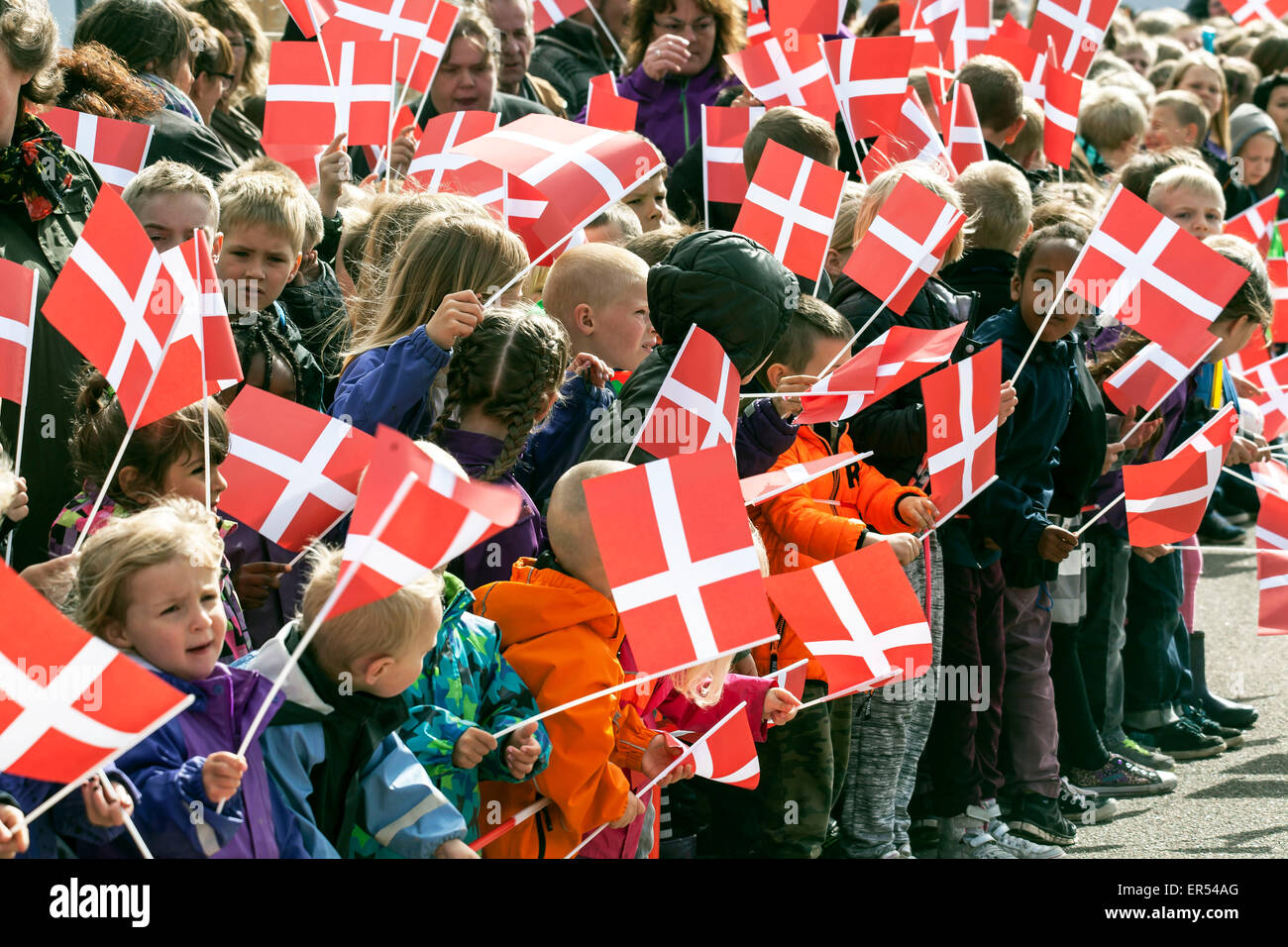 Ruds Vedby, Denmark. 27th May, 2015. Kids at Ruds Vedby school is waiting for Crown Princess Mary to arrive. The - Stock Image
