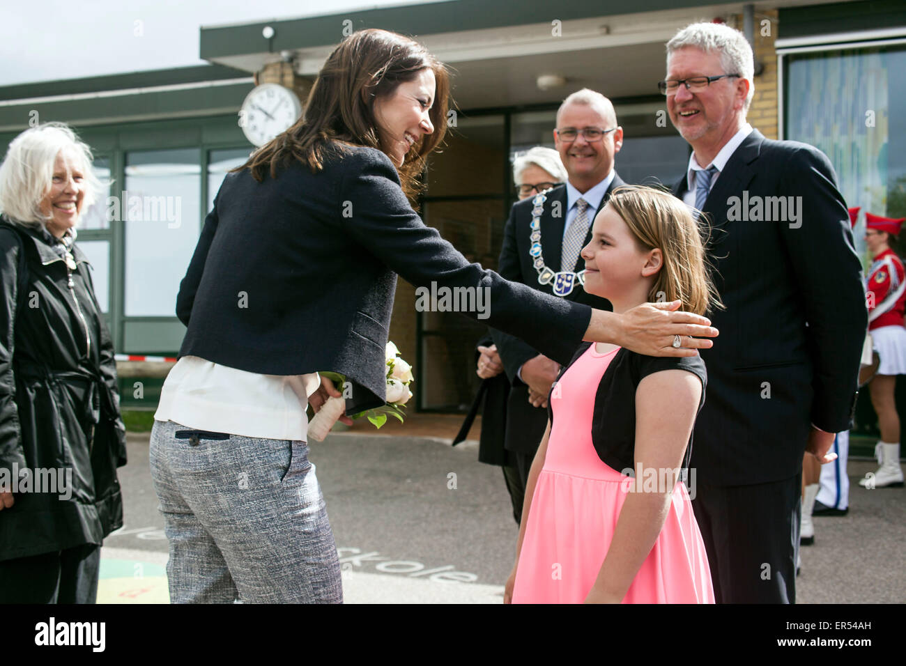 Ruds Vedby, Denmark. 27th May, 2015. Crown Princess Mary thanks for the bouquet which the girl, Issabel, has just - Stock Image