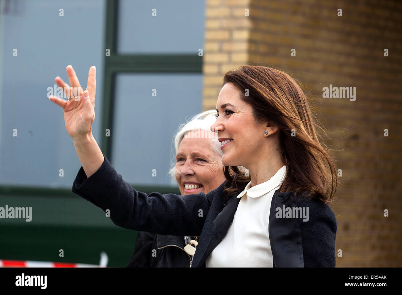 Ruds Vedby, Denmark. 27th May, 2015. Princess Mary waves to the bystanders at Ruds Vedby school. The Princess visited - Stock Image