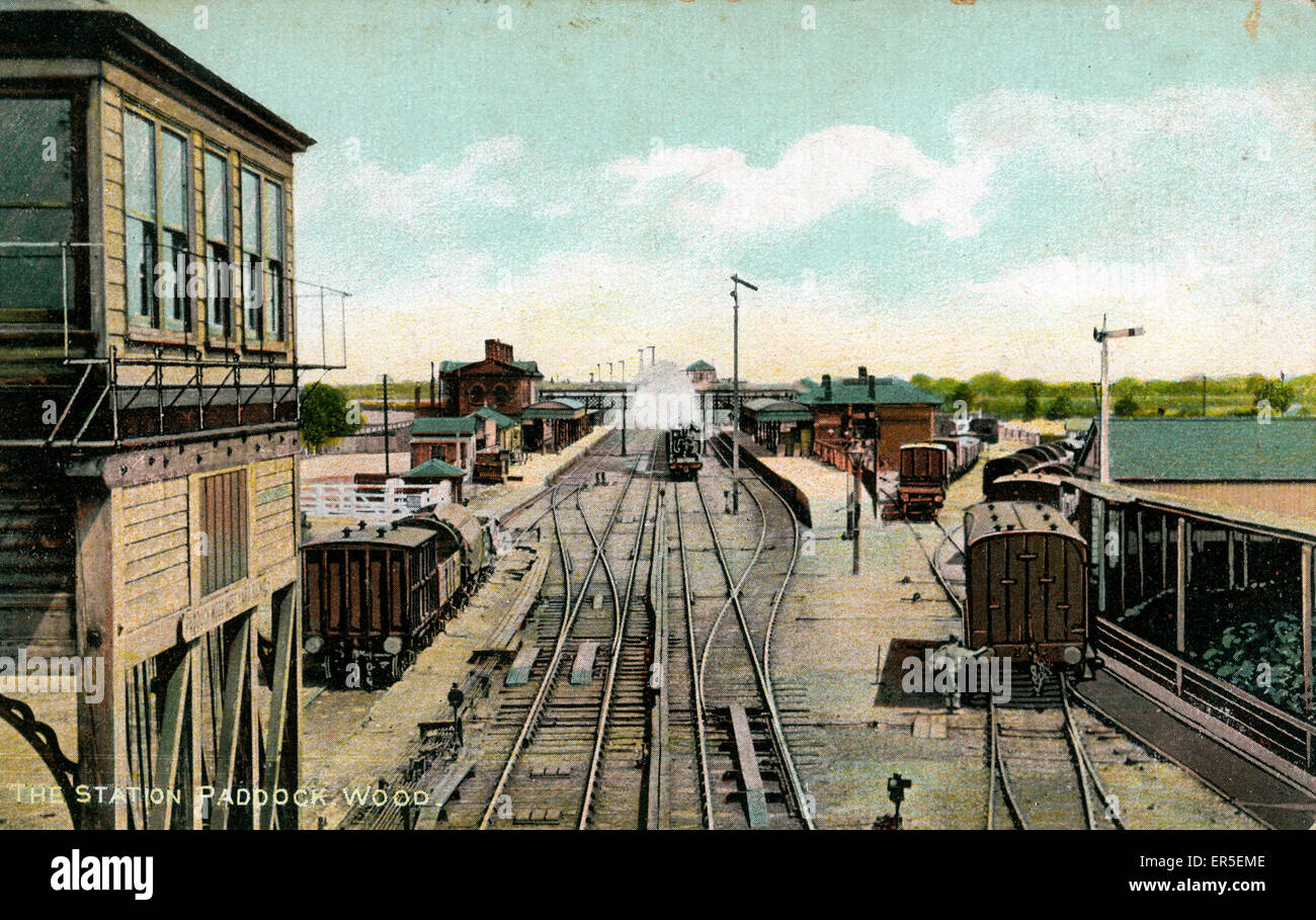 The Railway Station & Signal Box, Paddock Wood, Tonbridge, near Tunbridge Wells, Kent, England. South Eastern - Stock Image