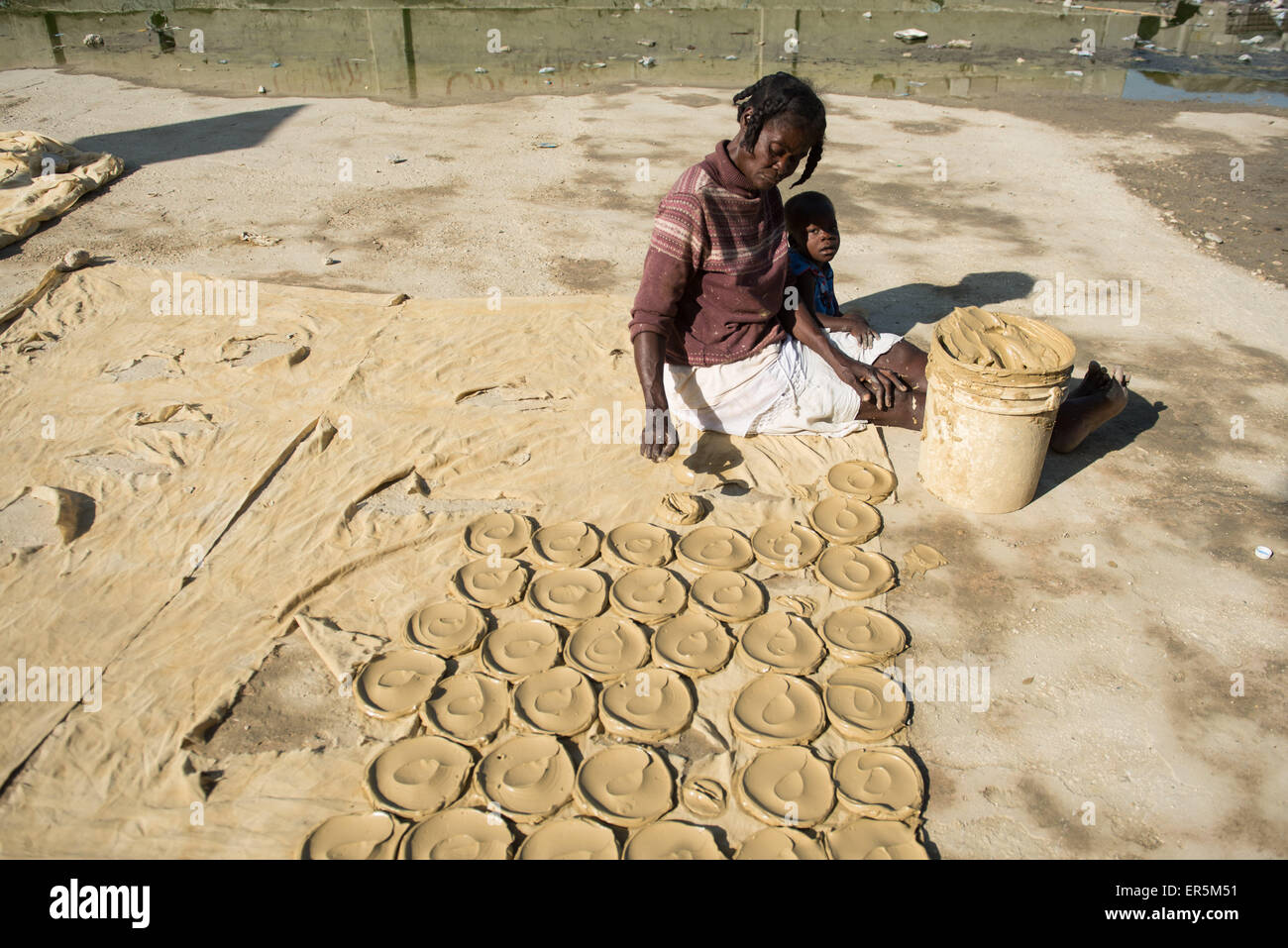 (150528) -- PORT AU PRINCE, May 28, 2015 (Xinhua) -- A woman places mud cookies to sun drying in the city of Port - Stock Image