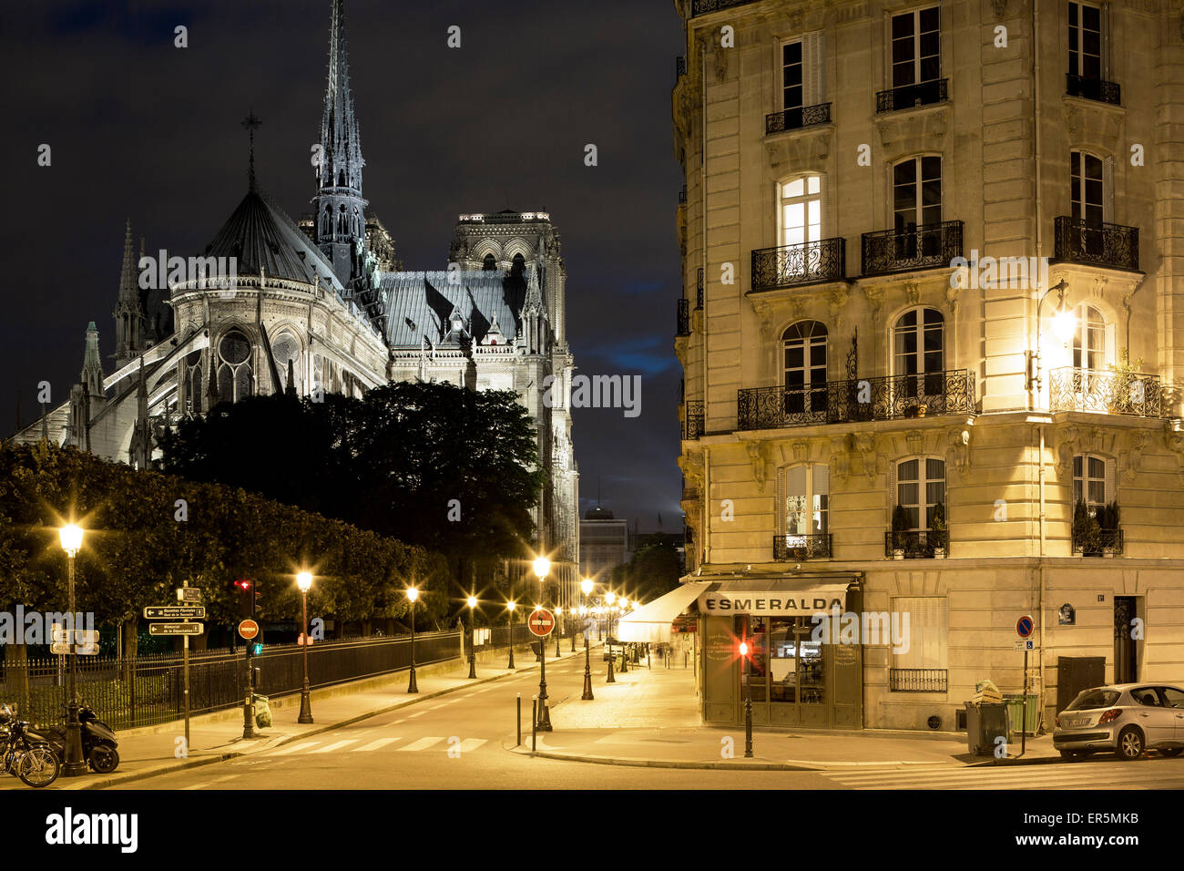View from Pont Saint Louis into Rue du Cloitre-Notre-Dame towards the Cathedrale Notre-Dame de Paris, Ile de la - Stock Image