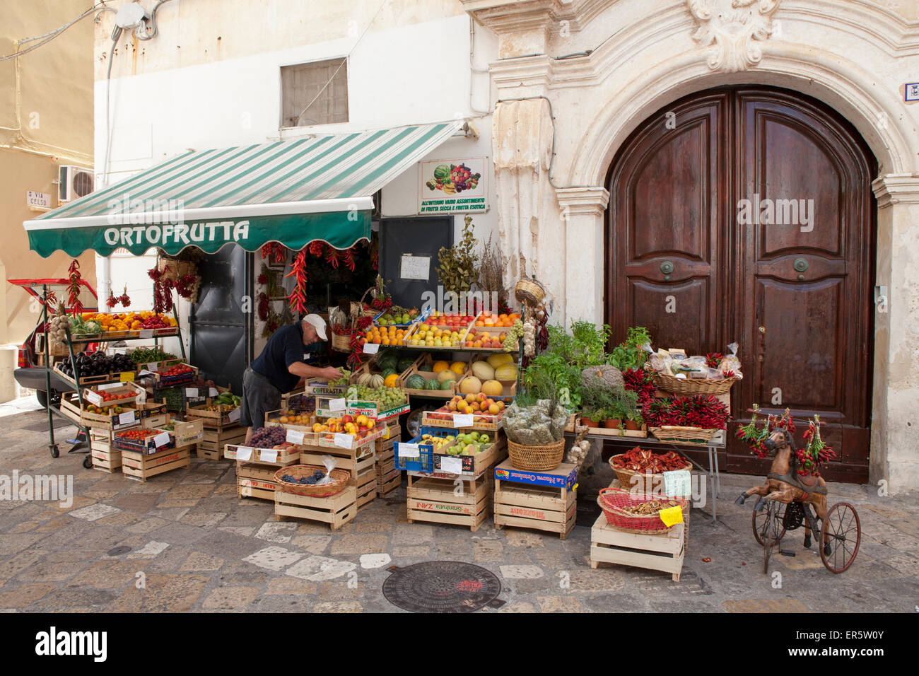 Greengrocery in the historical center of Gallipoli, Lecce Province, Apulia, Gulf of Taranto, Italy, Europe - Stock Image