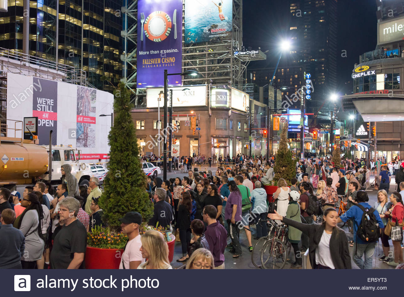 Toronto, Canada. 27th May, 2015. Suicide Squad movie filming or shooting in downtown Toronto, crowds trying to watch,the - Stock Image