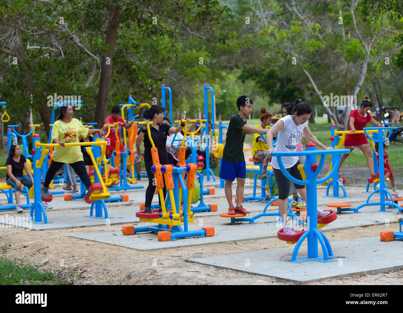 Hobby athletes training on open air fitness equipment, Lamai, Koh Samui, Thailand - Stock Image