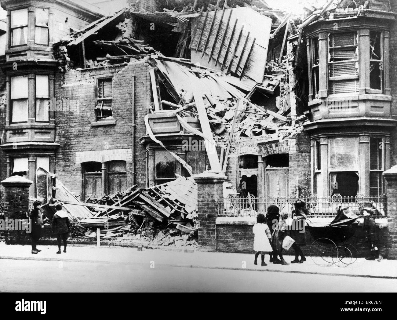Nos 20 and 21 Cleveland Road, Hartlepool hit by German shell fire during a raid by the Imperial German Navy on the - Stock Image