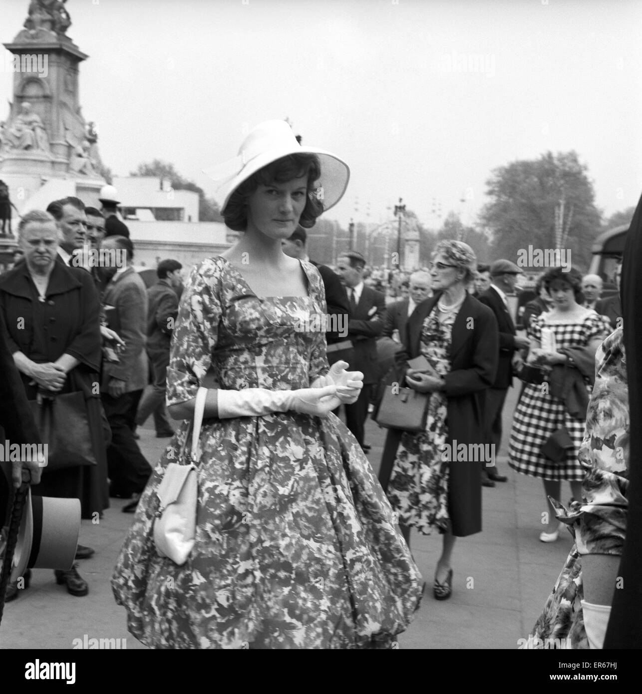 Buckingham Palace Garden Party: Visitors and passers by outside Buckingham Palace had a freed hat fashion show today. - Stock Image