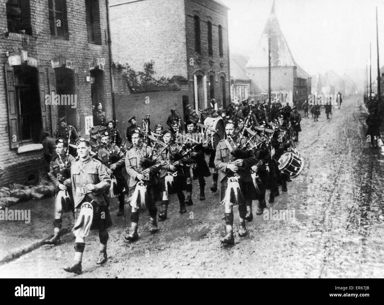 Pipers believe to be from the Cameron Highlander Regiment marching to the frontline during the Battle of the Somme. - Stock Image