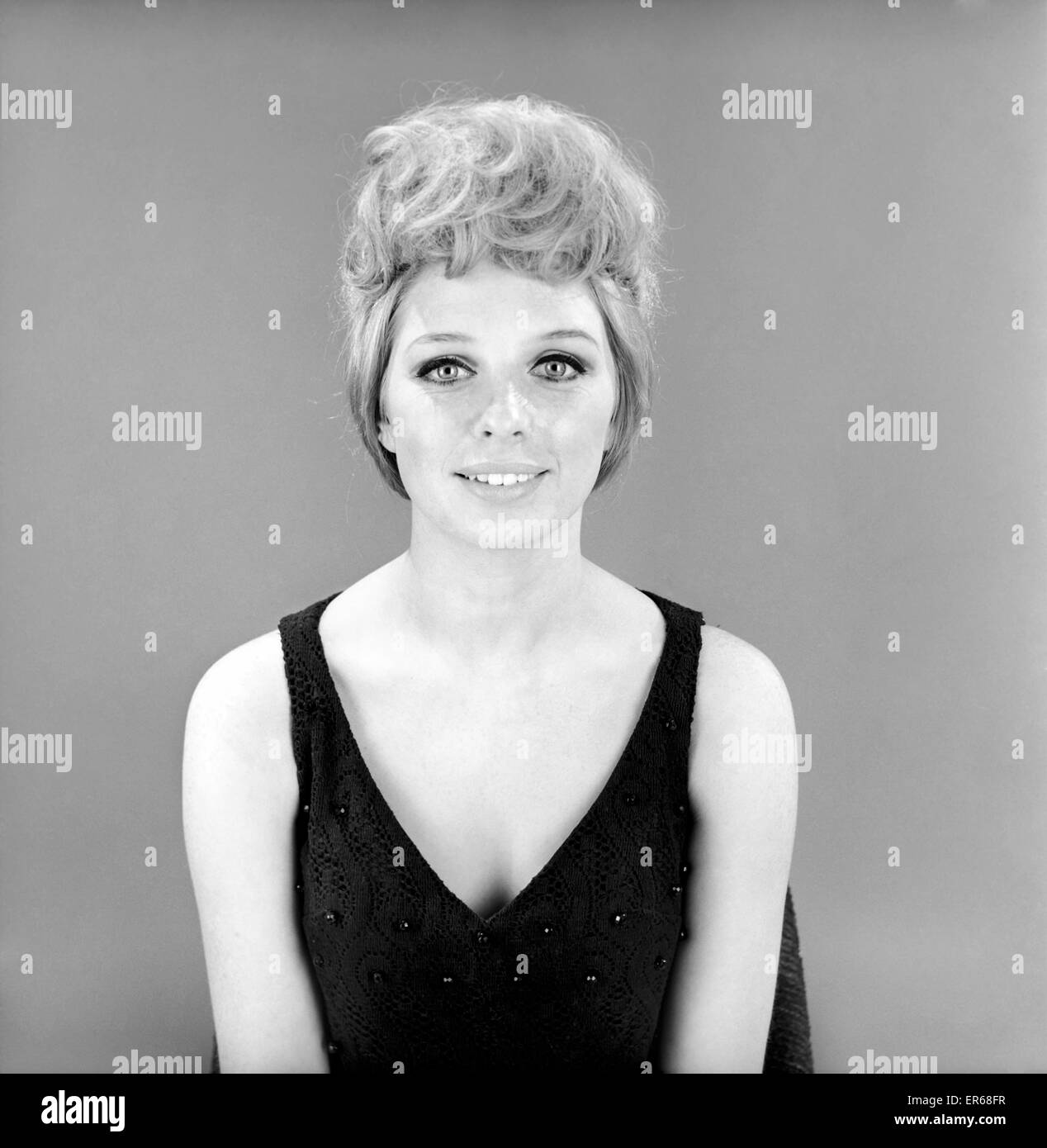 Fashion: Hair styles: Model wearing hair coil fashion item. 1966 B1925-005 - Stock Image