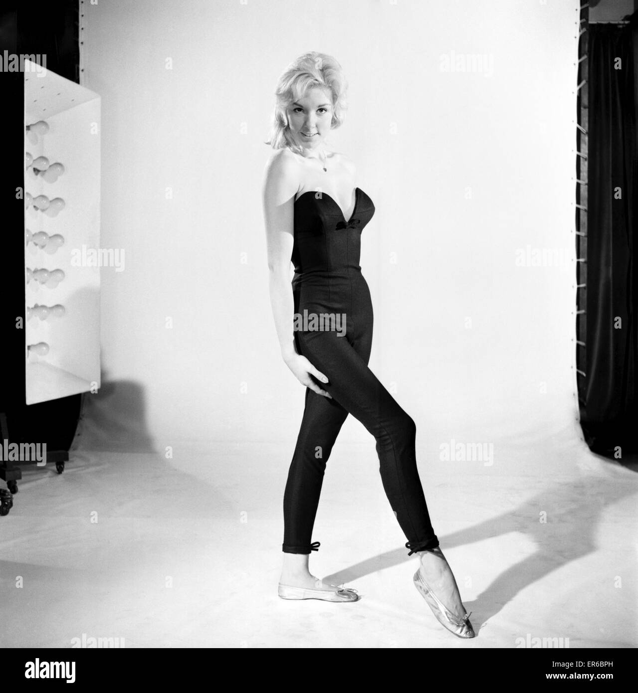 Clothing: Fashion: Tights: Woman wearing full length tights. 1960 B1296-002 - Stock Image