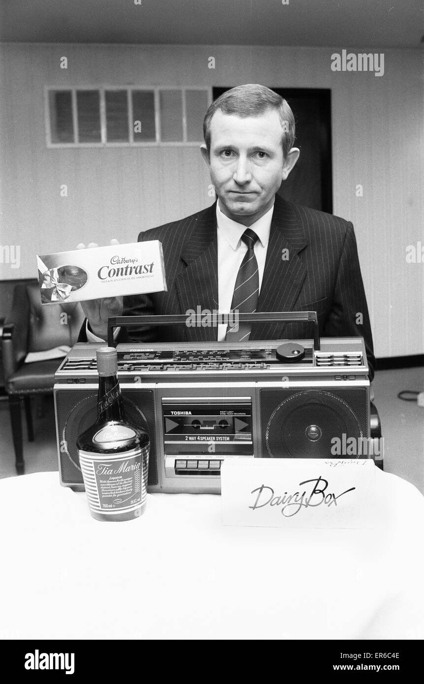 Detective Superintendent Mick Foster with items similar to those stolen during the murder of Alice and Edna Rowley - Stock Image