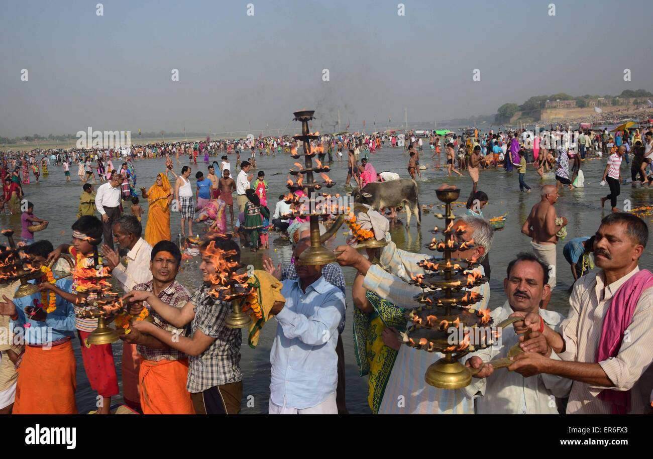 Allahabad, India. 27th May, 2015. Allahabad: Hindu priest along with devotee rotates a traditional lamp in circular - Stock Image