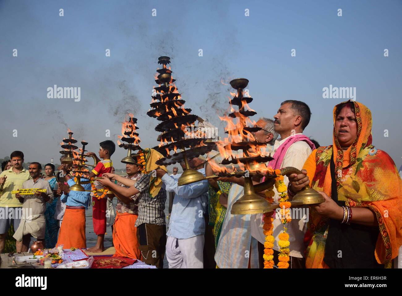 Allahabad, India. 27th May, 2015. A Hindu priest along with the devotees rotates a traditional lamp in circular - Stock Image