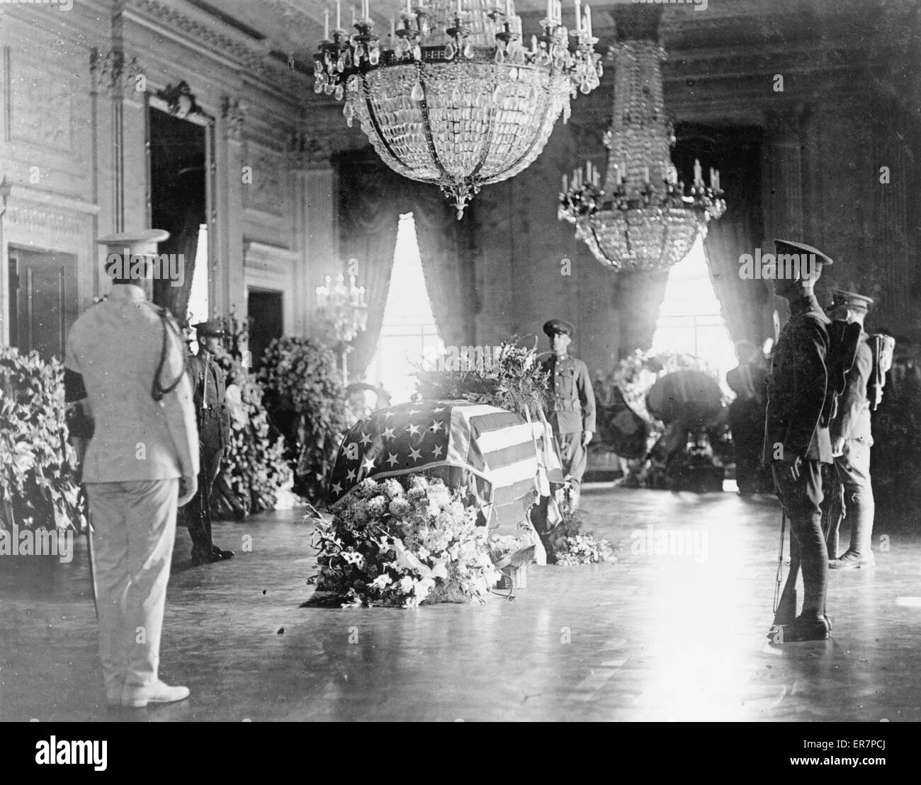 President Warren G. Harding's body lying in state in the East Room of the White House. Date 1923. - Stock Image