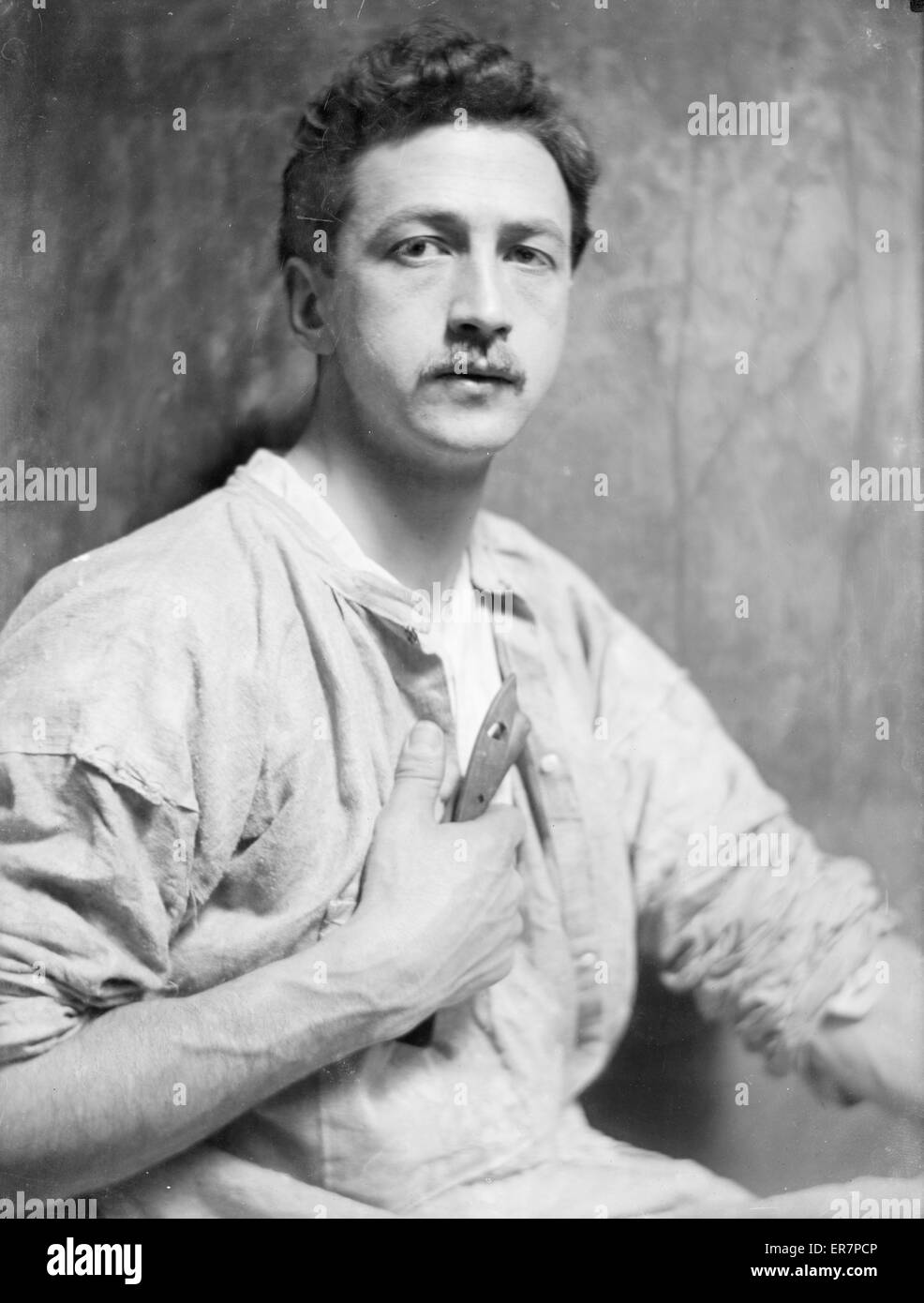 Chester Beach, the American sculptor (1881-1956). Chester Beach, half-length portrait, facing front. Date ca. 1908. - Stock Image