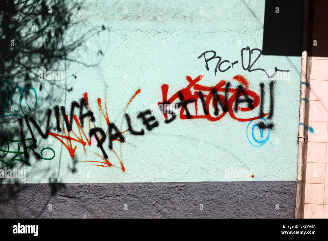 Viva Palestina / Long live Palestine graffiti on a wall in protest against Israeli military offensive in Gaza, La - Stock Image