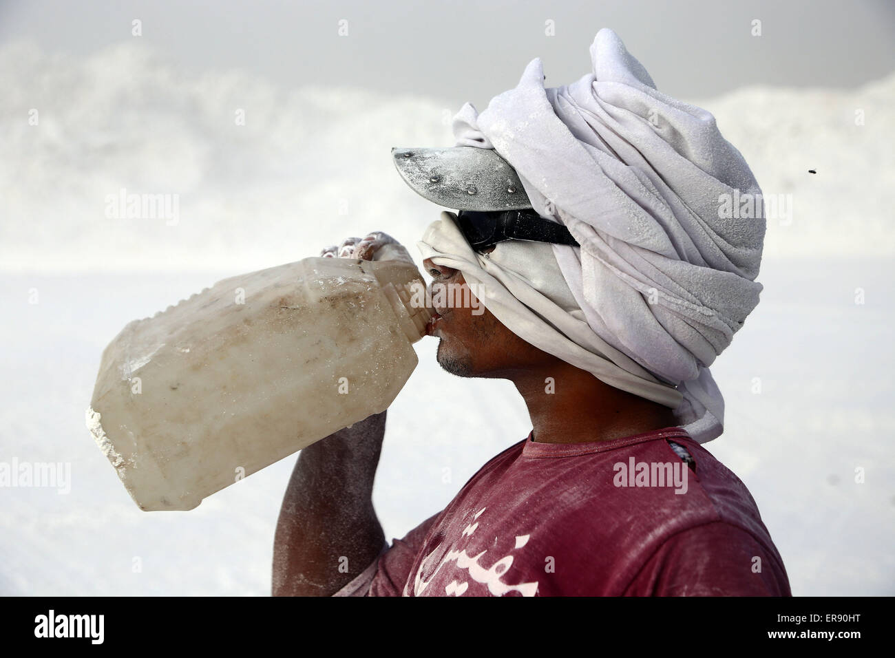 Minya, Egypt. 28th May, 2015. An Egyptian quarry worker drinks water for a rest on a limestone quarry at the village - Stock Image
