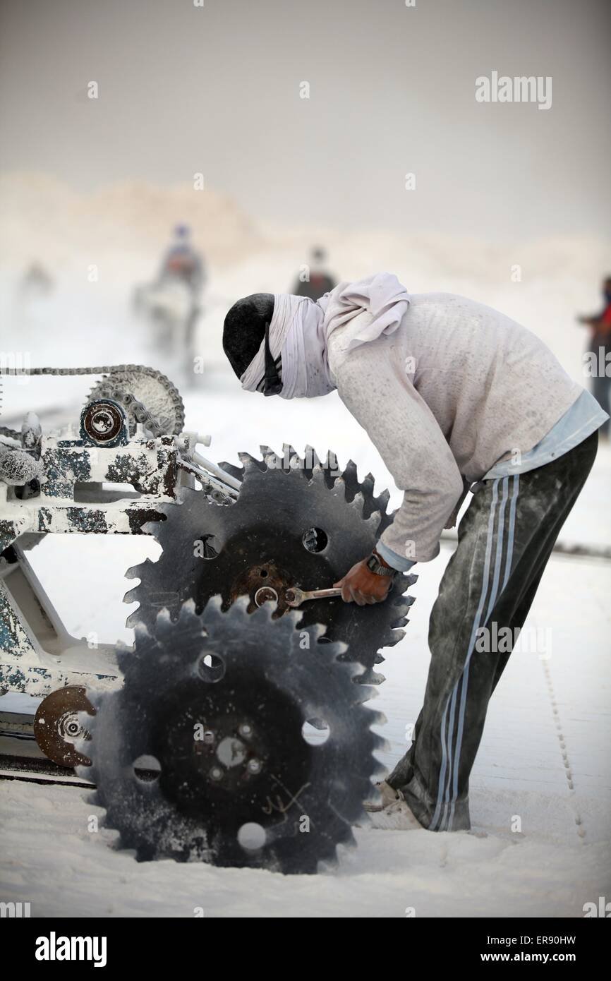 Minya, Egypt. 28th May, 2015. An Egyptian quarry worker works on a saw machine on a limestone quarry at the village - Stock Image