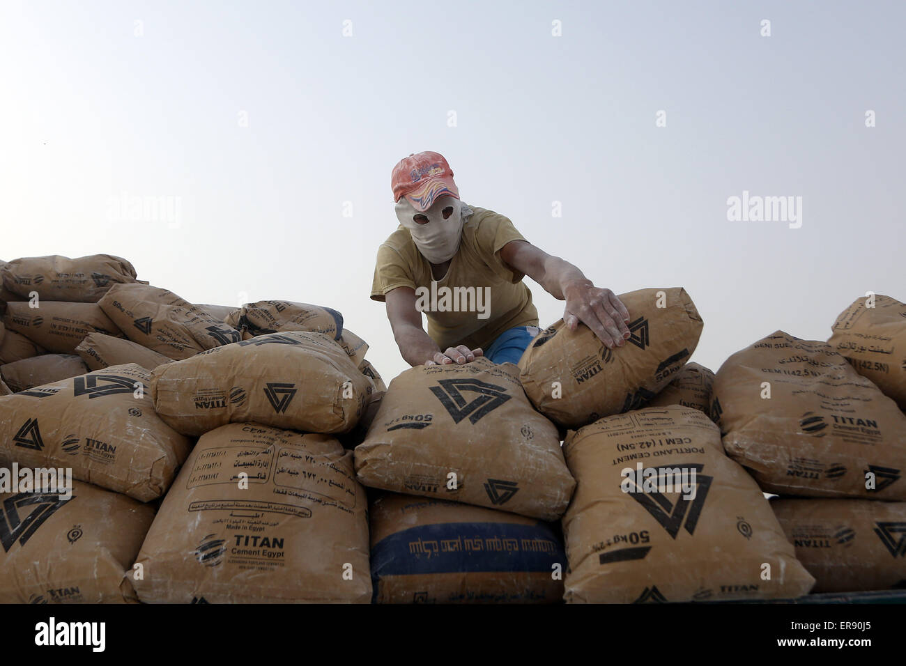Minya, Egypt. 28th May, 2015. An Egyptian worker arranges packed cement on a limestone quarry at the village of Stock Photo