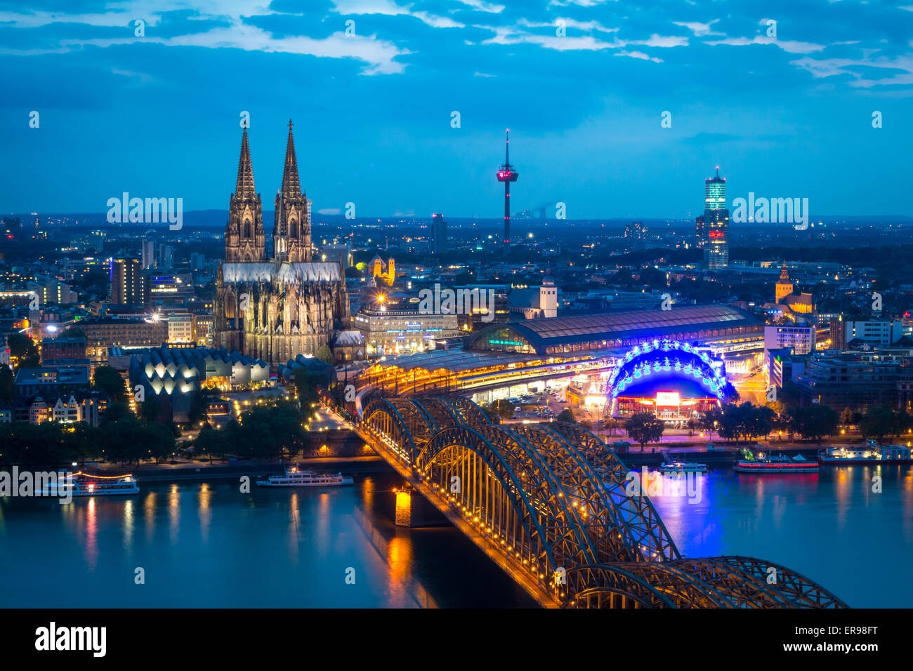 Cologne Cathedral and Hohenzollernbrücke at dusk - Stock Image