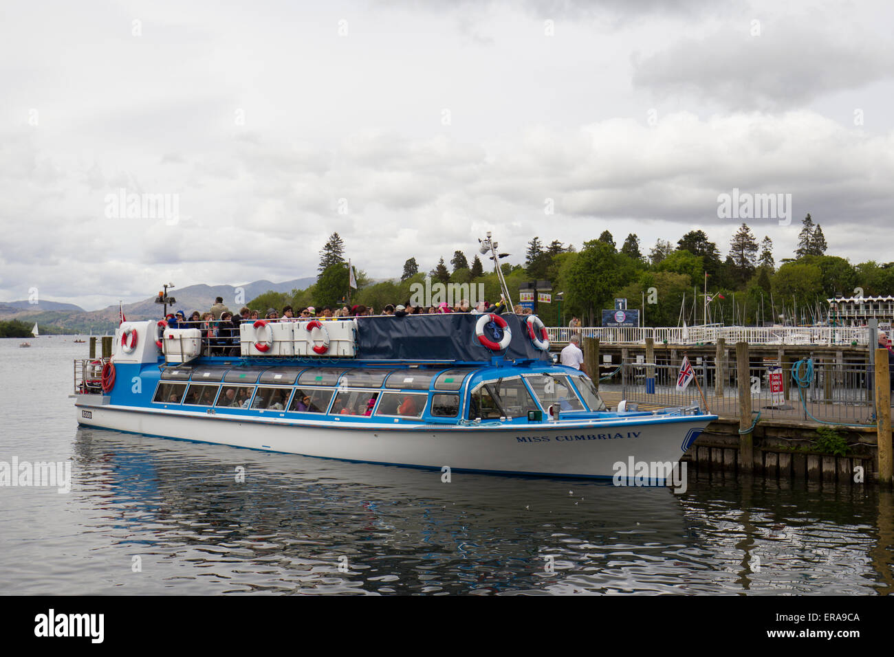 Lake Windermere, Cumbria, UK. 30th May, 2015. UK weather.  S Bowness on Windermere tourists of every nationality - Stock Image