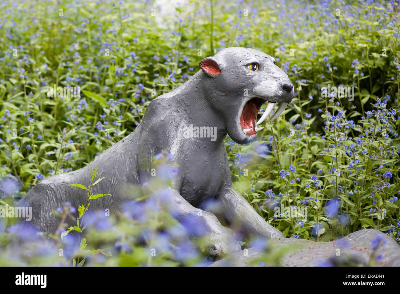 Dinosaur Statue, saber-toothed cat - Stock Image