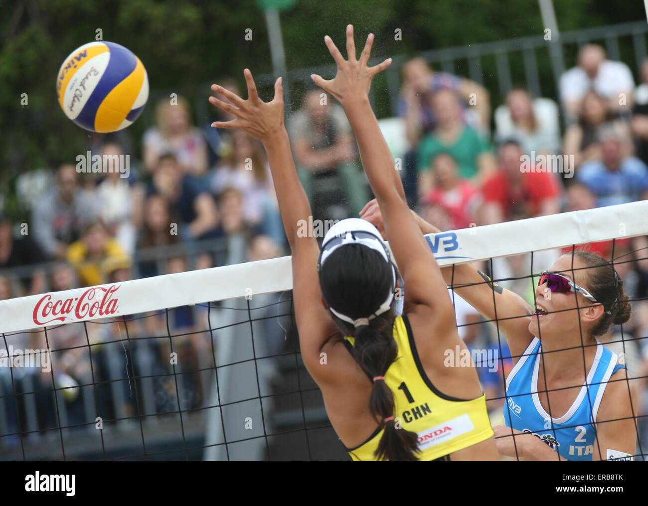 Moscow, Russia. 31st May, 2015. China's Fan Wang (L) blocks Italy's Viktoria Orsi Toth in their 2015 FIVB - Stock Image
