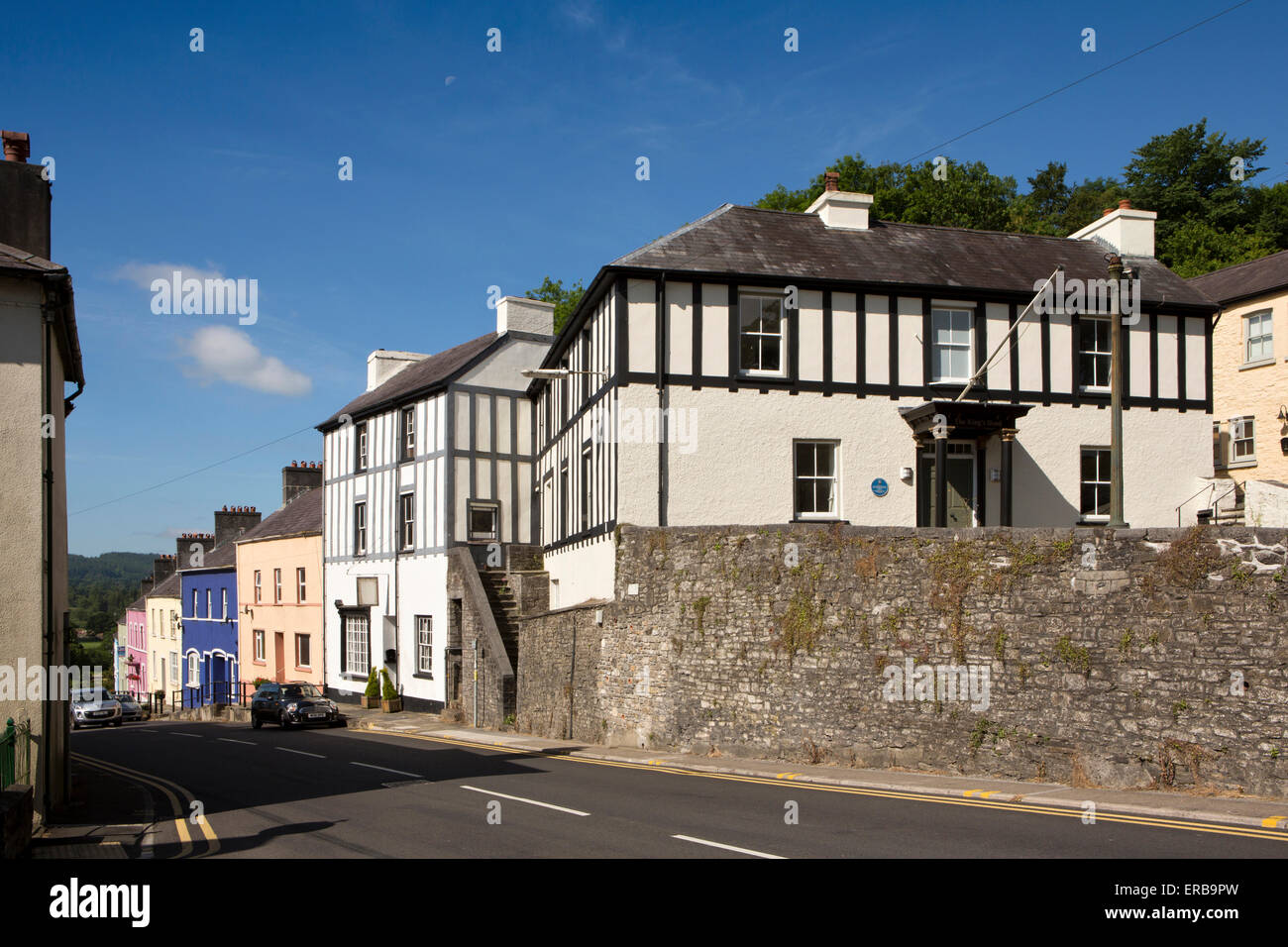 Wales, Carmarthenshire, Llandeilo, old King's Head public house above Bridge Street - Stock Image