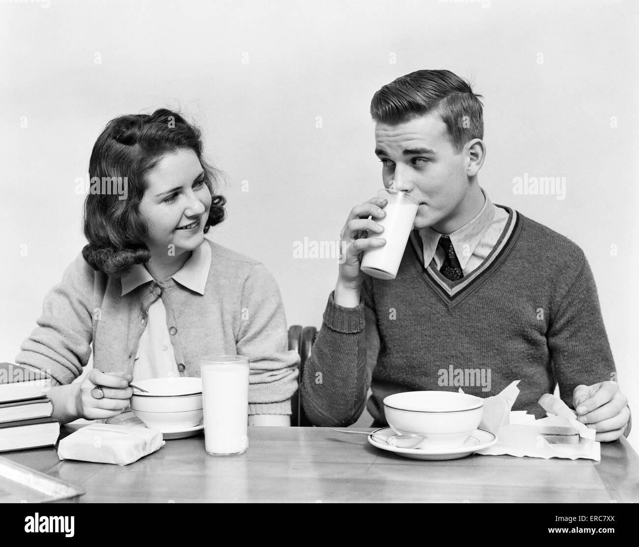 frauen-teenager-maedchen-und-essen-mit-jungen-extreme