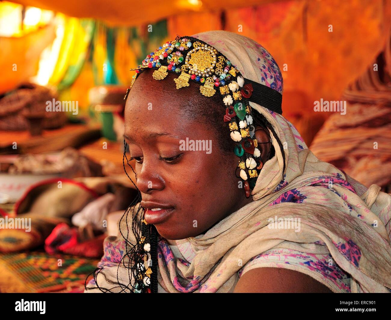 Woman with headdress in a tent, Chinguetti, Adrar Region, Mauritania - Stock Image