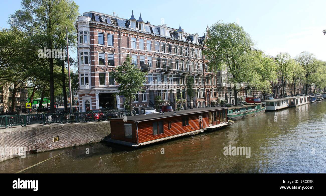 Old house boats at Nieuwe Prinsengracht canal in the historical centre of Amsterdam, The Netherlands - Stock Image