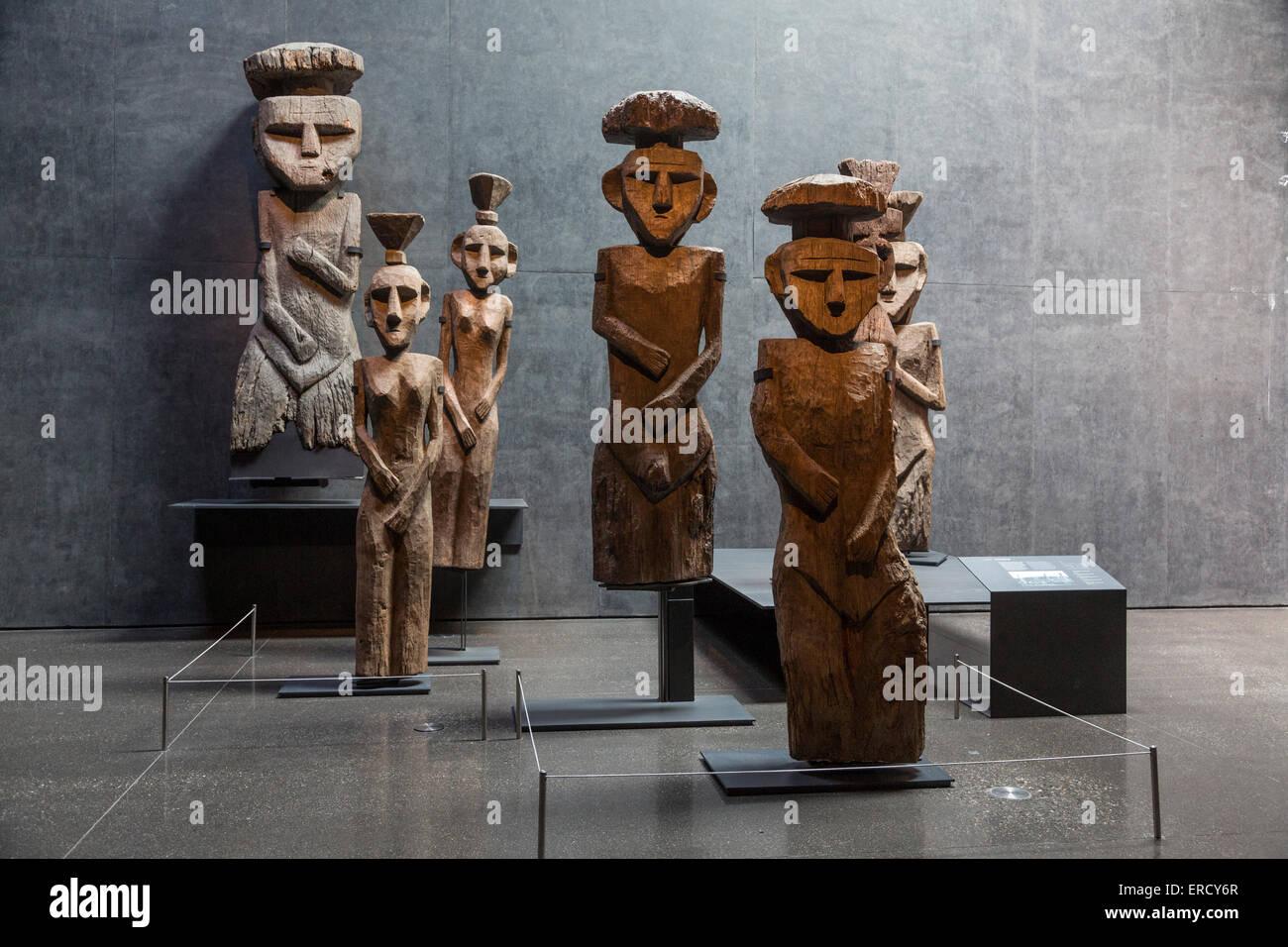 Chemamüll wooden statues, Museo Chileno de Arte Precolombino, Santiago, Chile - Stock Image
